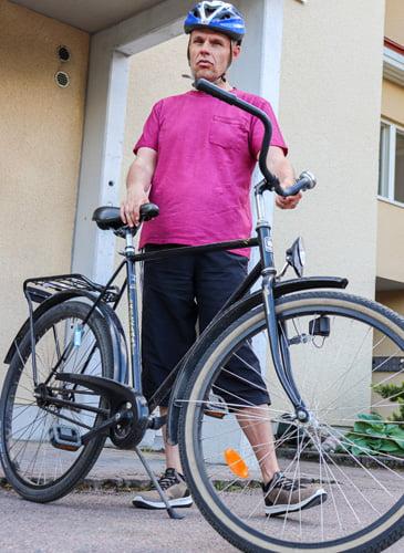 Minkä värinen pyörä sinulla on? Musta pyörä.