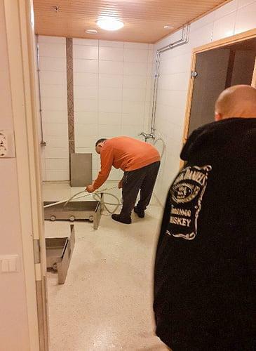 Miehet intoutuivat auttamaan pyykkilokeroiden pesussa.