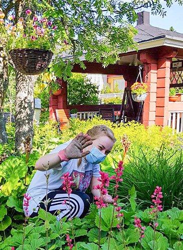 Ella puutarhatöissä
